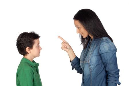 Moeder uitbrander haar zoon op een witte achtergrond