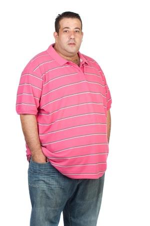 Hombre gordo con camisa de color rosa sobre fondo blanco