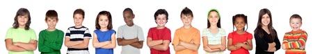 ni�os rubios: Ni�os del grupo con los brazos cruzados sobre fondo blanco