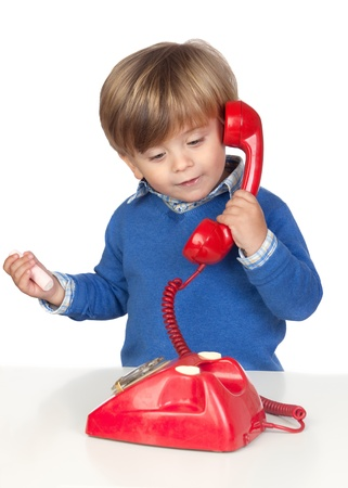 ni�os hablando: Hermoso beb� con un tel�fono rojo sobre fondo blanco