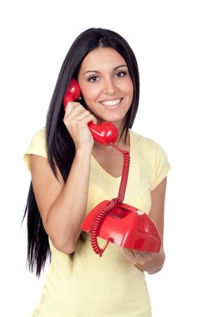 llamando: Llamadas atractiva chica morena con el tel�fono rojo aislado sobre fondo blanco