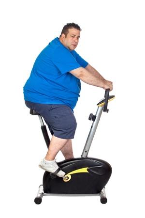 pancia grassa: Fat Man in una bicicletta statica su uno sfondo bianco