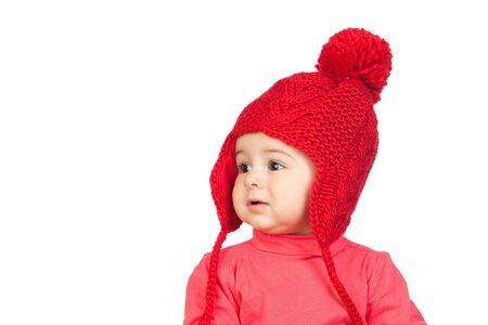 Baby mit einem lustigen Wolle roten Hut auf weißem Hintergrund