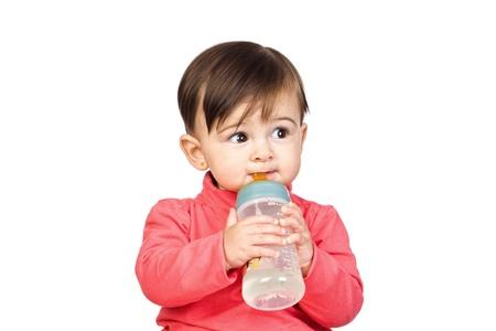 autonomia: Hermoso beb� con un biber�n aislado sobre fondo blanco