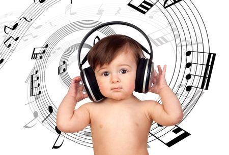 escuchando musica: Niña de escuchar música y rodeado de una espiral de notas musicales