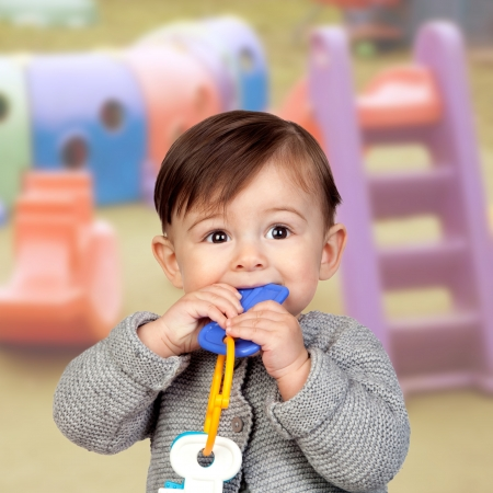 guardería: Bebé adorable con una mordida en la boca Foto de archivo