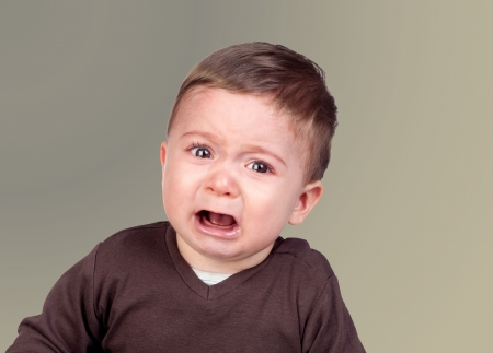 tantrums: Bel bambino piangere isolato su sfondo grigio