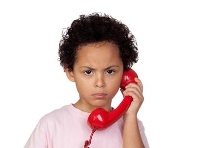 niños platicando: Angry latino con el teléfono rojo aislado sobre fondo blanco