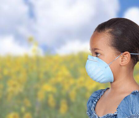 asthme: Allergique fille latine avec un masque bleu dans un champ avec beaucoup de fleurs