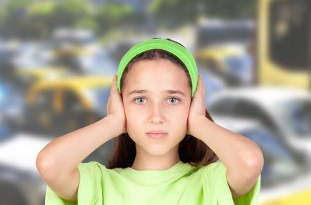 背景の多くの車と差し込まれる耳を持つとおびえた女の子