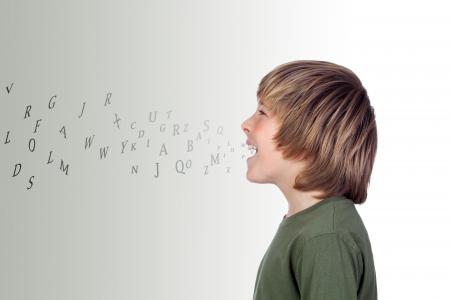 ni�os hablando: Preteen adorable con muchas cartas que salieron de su boca aislado en un sobre fondo gris Foto de archivo