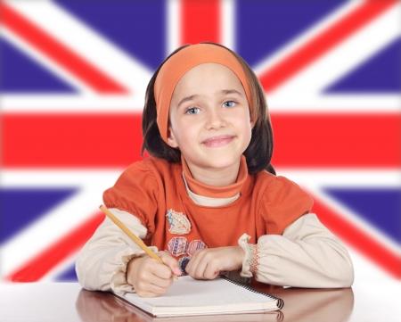 drapeau anglais: Fille heureuse mignonne �tude devant le drapeau britannique