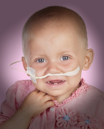 remission: Adorabile bambino senza capelli battere la malattia isolato su sfondo bianco Archivio Fotografico