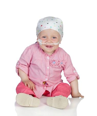 leucemia: Beb� adorable con un pa�uelo en la cabeza vencer la enfermedad aislado en fondo blanco Foto de archivo