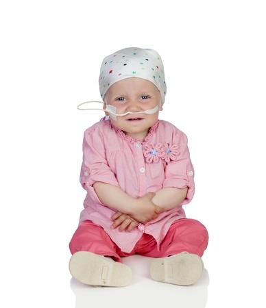 leucemia: Beb? adorable con un pa?uelo en la cabeza vencer la enfermedad aislado en fondo blanco Foto de archivo