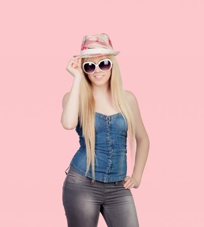 jeans apretados: Chica joven con una gorra y gafas de sol sobre un fondo de color rosa sobre Foto de archivo