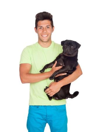 Aantrekkelijke jongen met haar mops hond op een witte achtergrond