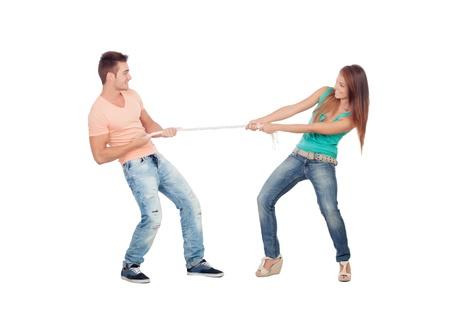 Paar liefhebbers trekken een touw geïsoleerd op een witte achtergrond