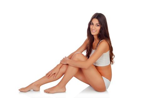 pies sexis: Joven y bella mujer en ropa interior de algodón en fondo blanco Foto de archivo