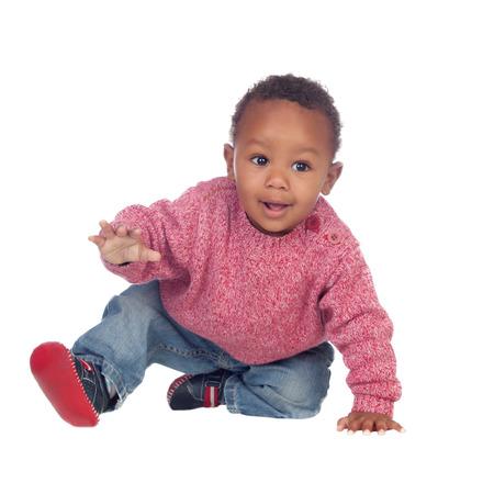 bebe gateando: Beb� africano hermoso rastreo americano aislado en un fondo blanco