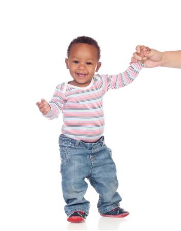 niños caminando: Hermoso bebé afroamericano aprender a caminar aislados en un fondo blanco