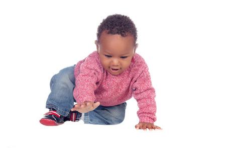 白い背景に分離された美しい赤ちゃんはハイハイしたアフリカ系アメリカ人
