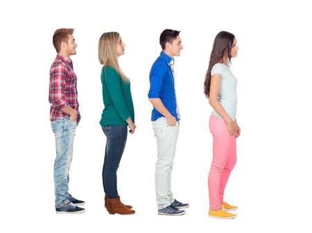 čtyři lidé: Čtyři neformální skupina lidí v řadě, samostatný nad bílým pozadím Reklamní fotografie