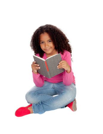 black girl: Kleine Kursteilnehmermädchen, das Lesen auf einem weißen Hintergrund