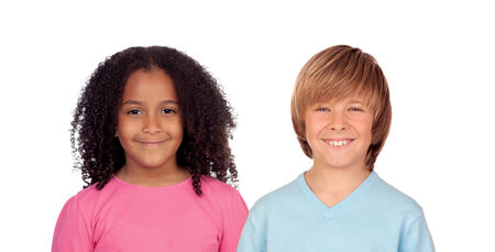 niños de diferentes razas: Niña africana y niño de raza blanca aislada Foto de archivo