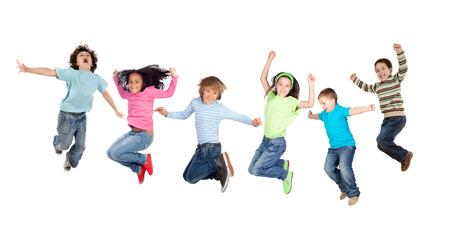 personas saltando: Seis niños divertidos saltando aislados sobre un fondo blanco