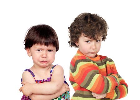 angry couple: Dos ni�os enojados aislados sobre fondo blanco