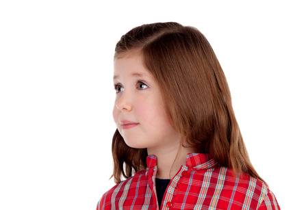 chemise carreaux: Adorable petite fille avec une chemise � carreaux rouge regardant c�t� isol� sur un fond blanc