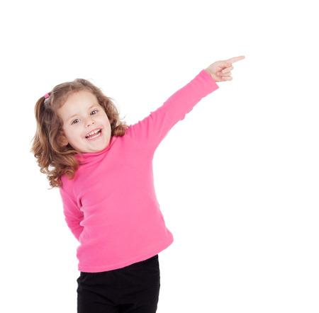 petite fille mignone: Petite fille en rose indiquant quelque chose d'isol� sur un fond blanc