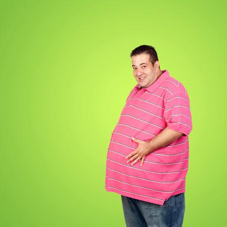 Hombre gordo feliz con camisa azul y un fondo verde