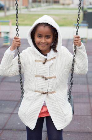fille noire: Outdoor portrait d'une jeune fille noire mignon jouant avec un swing - peuples africains Banque d'images