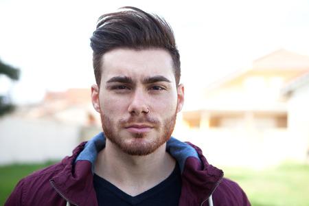 hombre con barba: Joven fresco ocasional con barba en la calle Foto de archivo