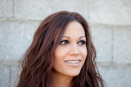 femme qui rit: Femme heureuse de rire avec un mur fond gris Banque d'images