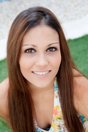 ojos negros: Retrato de ni�a morena de ojos negro al aire libre