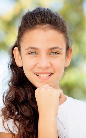 Pensive adolescente avec des yeux bleus souriant à l'extérieur
