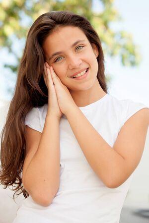 poses de modelos: Preadolescente bastante jovenes que hacen el s�mbolo de sue�o al aire libre Foto de archivo