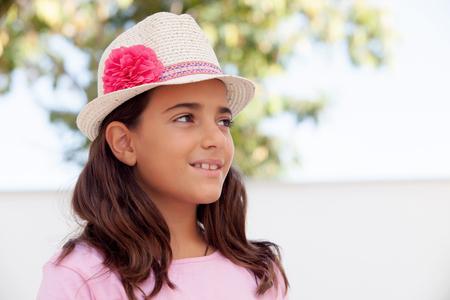 niños riendose: La muchacha agradable niño de diez años con un sombrero en la calle
