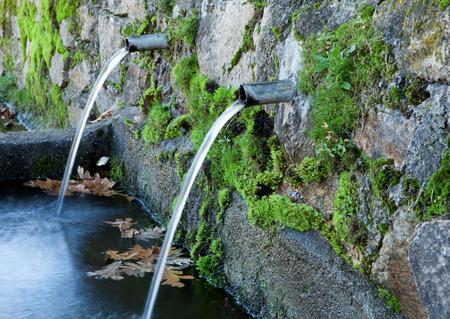 source d eau: Pipes eau propre coul�e � partir d'une source naturelle