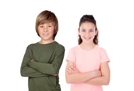 Broer en zus die op een witte achtergrond