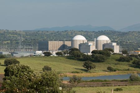 Almaraz centrale nucleare nel centro della Spagna, circondata da legno di quercia
