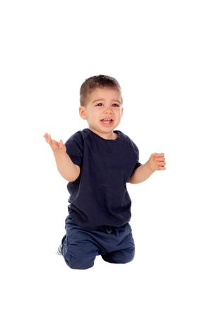 bebe gateando: Hermoso beb� que se arrastra en el suelo aislado en el fondo blanco