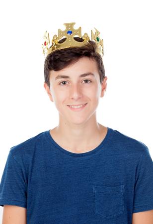 ego�sta: El muchacho del adolescente con la corona del rey aislado en fondo blanco Foto de archivo