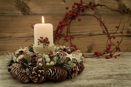 #65709685   Elegantes Herzstück Für Den Weihnachtstisch Mit Einer Kerze Auf  Einem Naturkranz