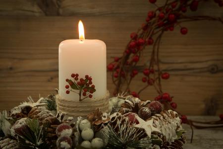 #65709694   Elegantes Herzstück Für Den Weihnachtstisch Mit Einer Kerze Auf  Einem Naturkranz