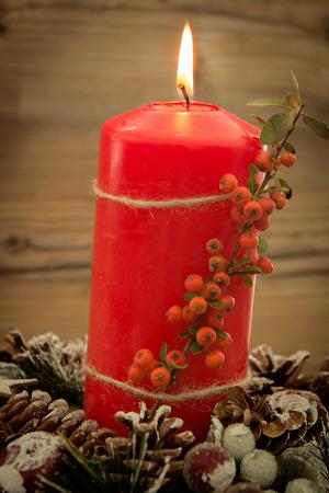 #65709980   Elegantes Herzstück Für Den Weihnachtstisch Mit Einer Kerze Auf  Einem Naturkranz