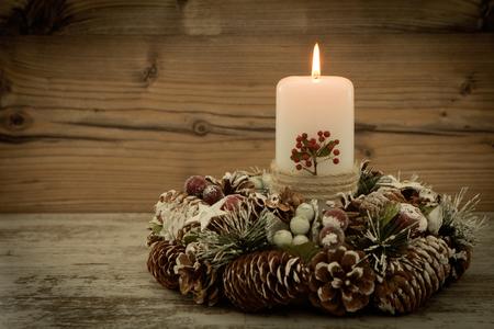 #65709982   Elegantes Herzstück Für Den Weihnachtstisch Mit Einer Kerze Auf  Einem Naturkranz